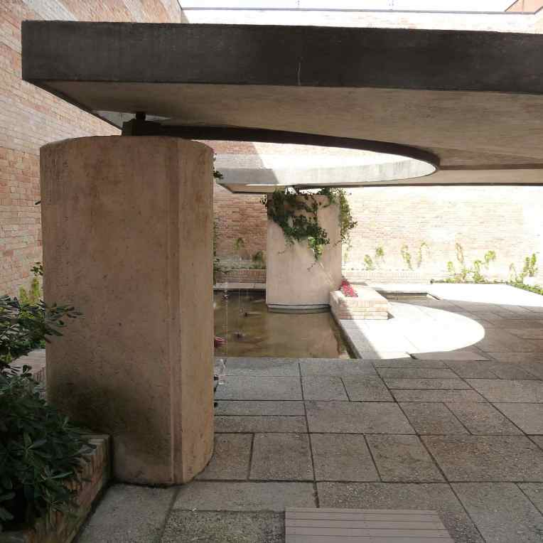 Italian Biennale Pavilion Courtyard, Venice by Carlo Scarpa 01_Stephen Varady photo ©